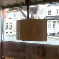 Med en bagside til reklameskærmen i vinduet får medarbejdere og kunder en flot, blank flade at se på frem for en uskøn bagside af et TV.